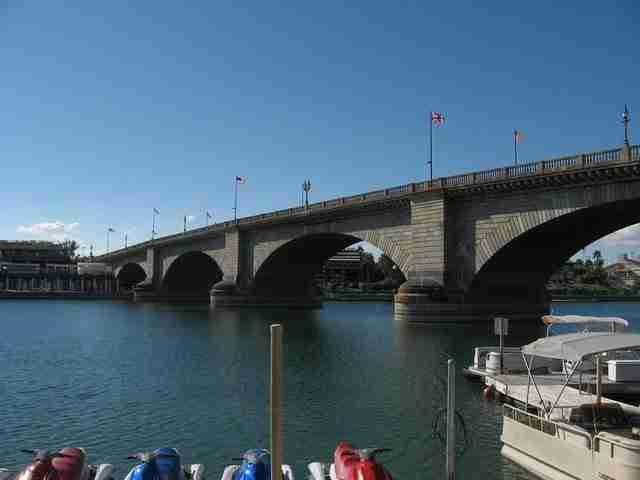 Η γέφυρα του Λονδίνου, βρίσκονταν αρχικά στο Lake Havasu, της Αριζόνα.