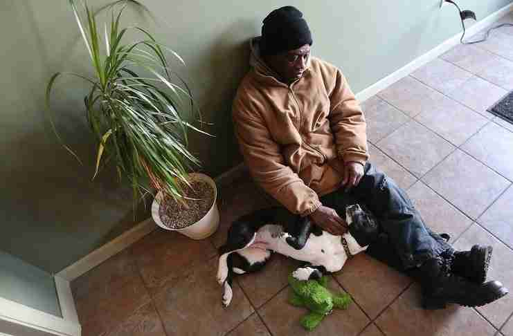 Η ζωή αυτού του άστεγου άλλαξε μόλις βρήκε ένα αδέσποτο κουτάβι που κινδύνευε να πεθάνει