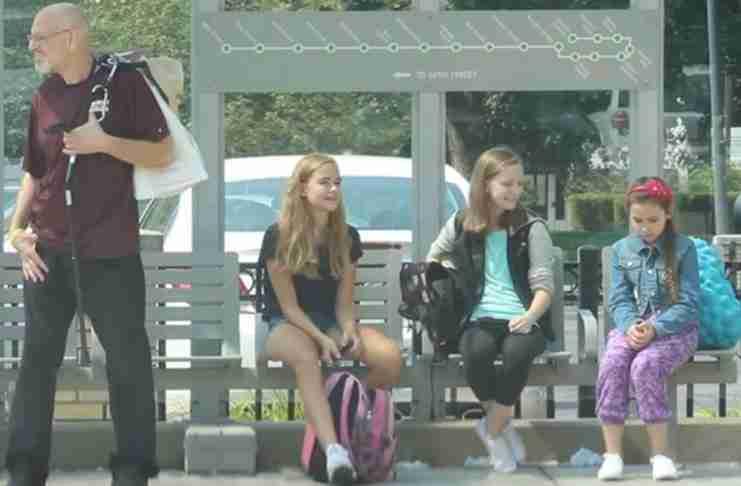 Δυο κορίτσια παρενοχλούν με πολύ άσχημο τρόπο μια συμμαθήτρια τους. Δείτε τι κάνουν οι περαστικοί..