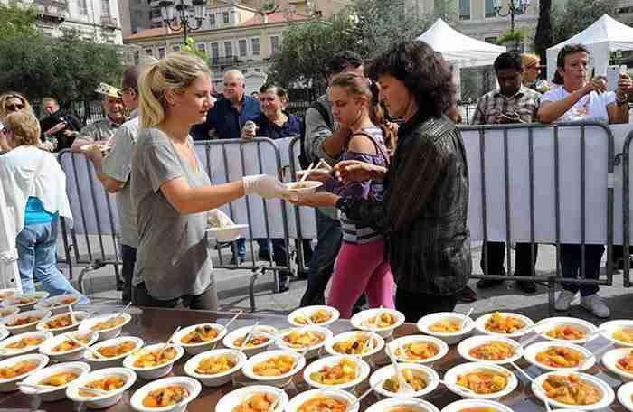 Αντί να πετάξουν τα λαχανικά στα σκουπίδια μαγείρεψαν 5.000 μερίδες μπριάμ και τις μοίρασαν στον κόσμο