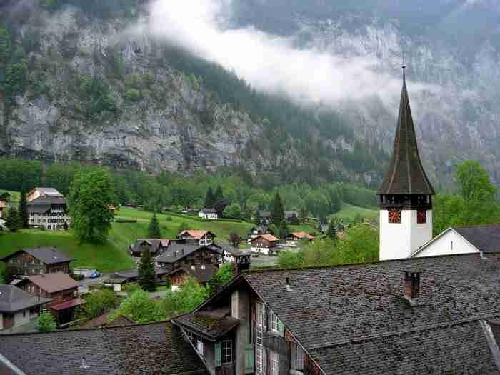 Ένα παραμυθένιο χωριό χτισμένο στην πιο βαθιά κοιλάδα των Άλπεων!