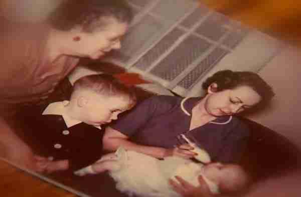 Το 1955 βρήκε ένα μωρό εγκαταλειμμένο στο δάσος. 58 χρόνια αργότερα δέχτηκε ένα απρόσμενο τηλεφώνημα..