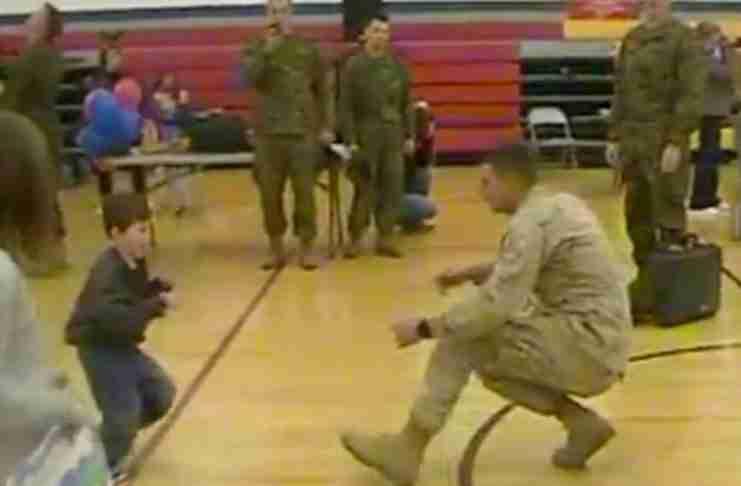 Του είπαν ότι ο γιος του δεν θα περπατήσει ποτέ. Αλλά δείτε ποιος τον περιμένει στο αεροδρόμιο!