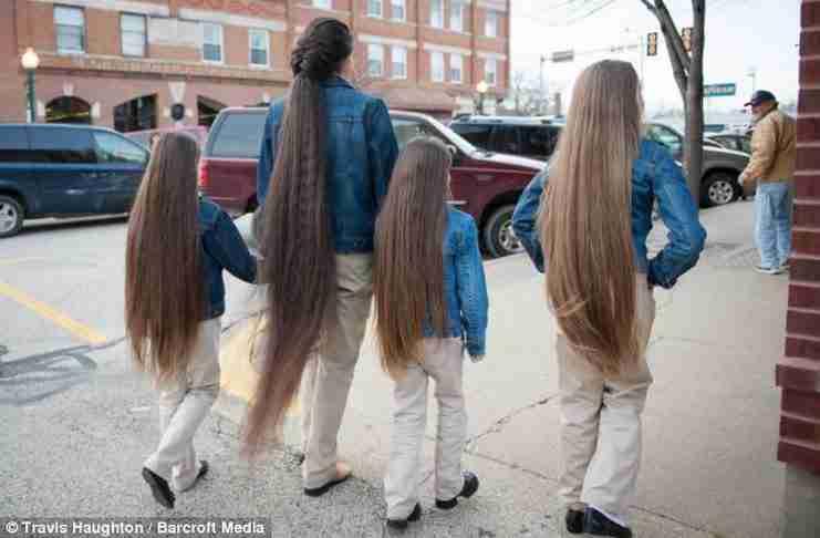 Είναι 43 ετών και δεν έχει κόψει ποτέ τα μαλλιά της! Τώρα κάνουν το ίδιο και οι κόρες της!