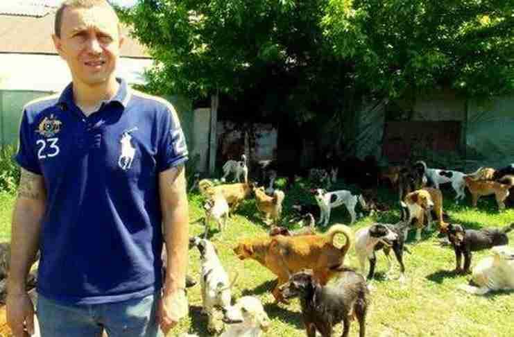 Μισούσε τόσο να βλέπει τα σκυλιά να υποφέρουν που αποφάσισε να σώσει 450 μόνος του!
