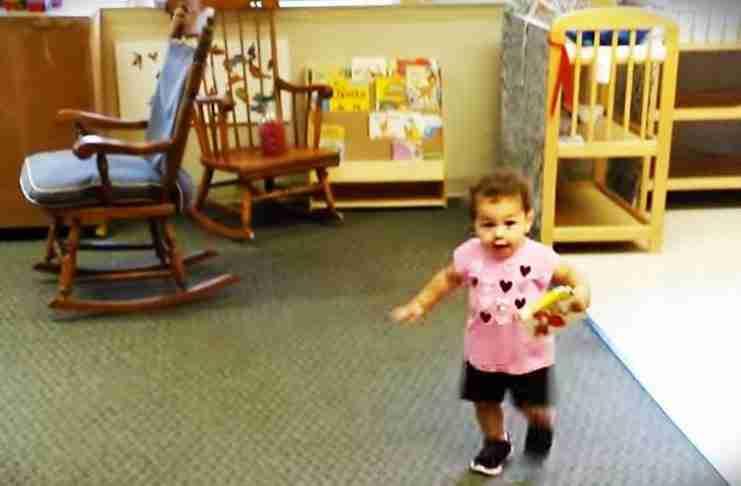 Βλέπει τον μπαμπά της μετά την πρώτη της μέρα στο σχολείο. Προσέξτε την αντίδραση της!