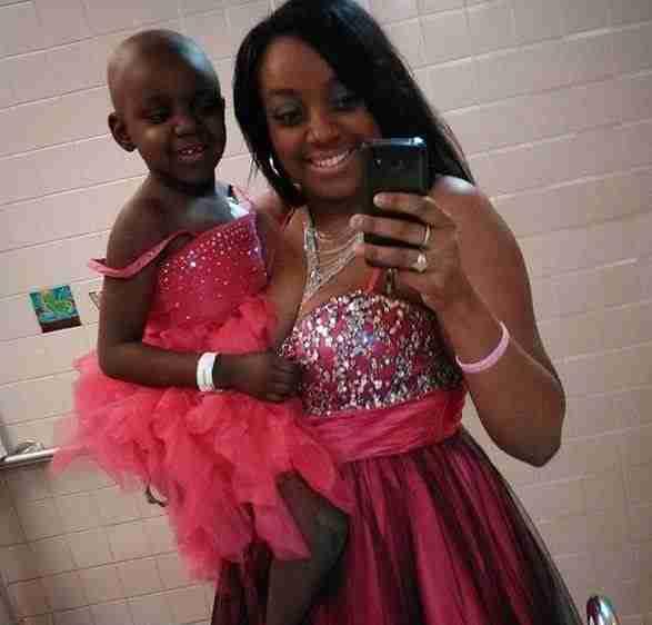 Αυτό σημαίνει αγάπη: Δυο κορίτσια που παλεύουν με τον καρκίνο φωτογραφίζονται αγκαλιά. Διαβάστε την ιστορία τους