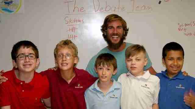 Δάσκαλος παιδιών με ειδικές ανάγκες καλεί τους μαθητές να σηκωθούν όρθιοι. Μετά ζητά από την τάξη του να ακούσει