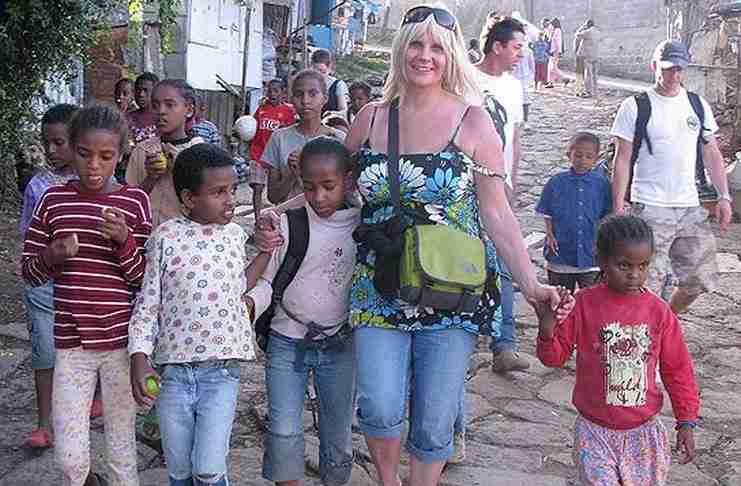 Μόνη μαμά μόλις κέρδισε 7,5 εκατομμύρια στο λαχείο, ταξίδεψε στην Αιθιοπία για να τα μοιραστεί με τα ορφανά