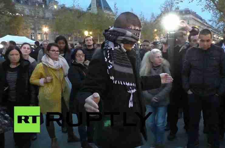 Στο Παρίσι ένας μουσουλμάνος άντρας ζητά από αγνώστους να τον αγκαλιάσουν. Θα το κάνουν;