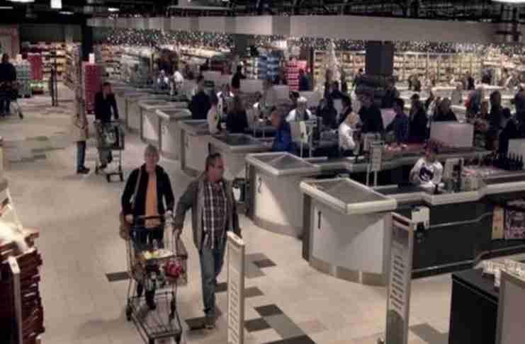 Οι πελάτες νομίζουν ότι μπαίνουν σε ένα φυσιολογικό σούπερ μάρκετ. Μέχρι να κλείσουν τα φώτα..