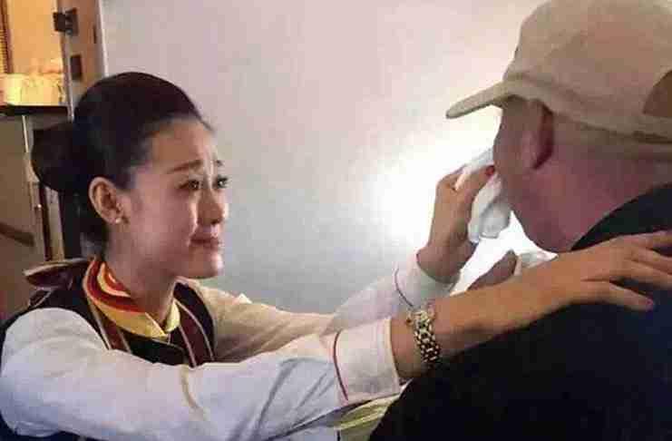 Ένας ηλικιωμένος άντρας με αναπηρία κλαίει όταν η αεροσυνοδός προσφέρεται να τον ταίσει