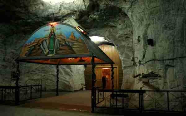Σε μια υπόγεια στοά της Ρουμανίας, 240 μέτρα κάτω από τη Γη, βρίσκεται ένας εντυπωσιακός ναός