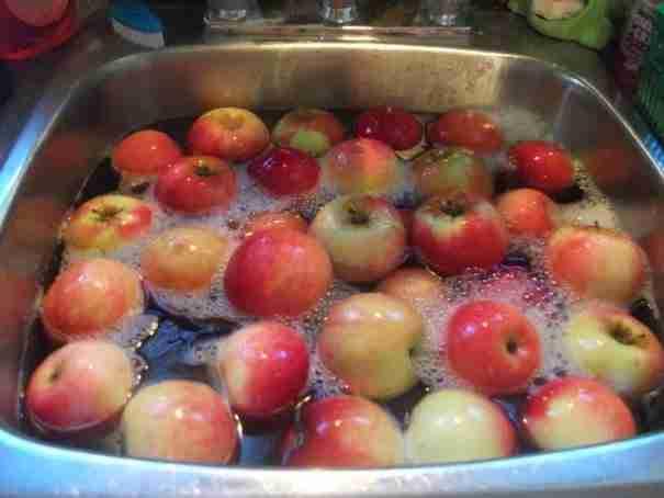Πώς μπορείτε να αφαιρέσετε εύκολα τα φυτοφάρμακα από τα φρούτα και τα λαχανικά σας;
