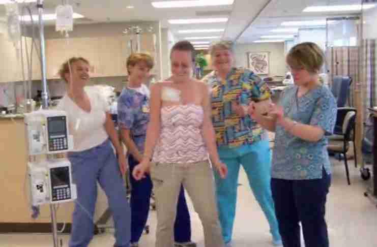 4 νοσηλεύτριες στέκονται στη σειρά με μια ασθενή. Αλλά αυτό που κάνουν στη συνέχεια έχει σημασία..