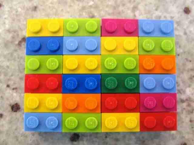 Μια δημιουργική δασκάλα χρησιμοποιεί τα LEGO για να εξηγεί τα μαθηματικά στους μαθητές της