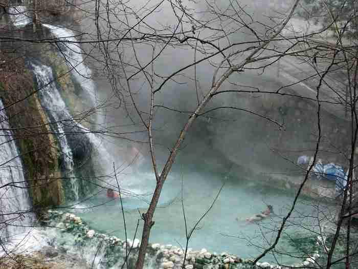 Λουτρά Πόζαρ: Θεραπεία και χαλάρωση σε καυτά νερά