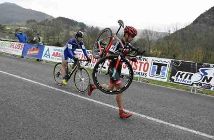 Ποδηλάτης αρνείται να προσπεράσει τον αντίπαλο του, του οποίου το ποδήλατο έσπασε 1 χλμ πριν το τέρμα