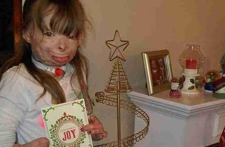 Αυτό το κοριτσάκι που έχασε όλη την οικογένεια του έχει μια ευχή: Αρκετές κάρτες για να στολίσει το δέντρο της