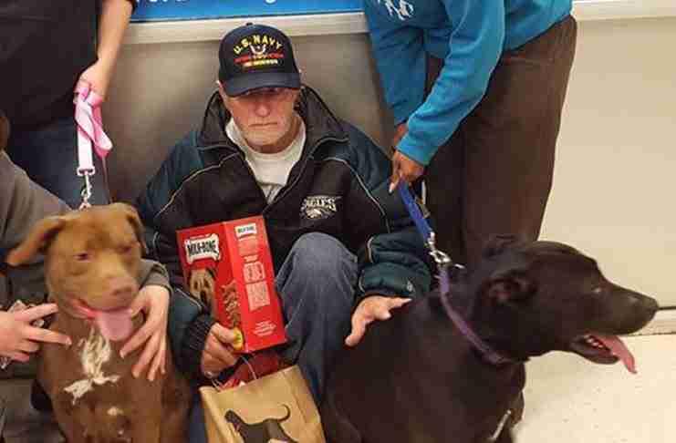 Δεν είχε όλα τα χρήματα για να πάρει πίσω τα σκυλιά του από το καταφύγιο. Αλλά είναι Χριστούγεννα!