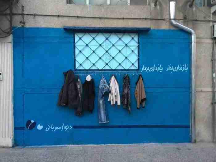 «Ο τοίχος της καλοσύνης»: Μια ιδέα για τους αστέγους που συγκινεί