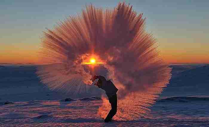Πέταξε καυτό τσάι κατά το ηλιοβασίλεμα στους -40 βαθμούς Κελσίου. Το αποτέλεσμα κόβει την ανάσα..
