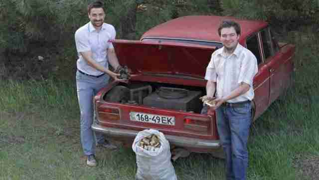 Για να γλυτώσει χρήματα από τη βενζίνη μετέτρεψε το αυτοκίνητο του ώστε να κινείται με ξύλο