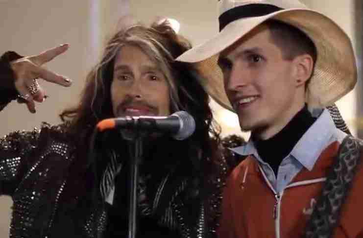 Ένας μουσικός του δρόμου τραγουδάει Aerosmith. Και ξαφνικά εμφανίζεται ο Steve Tyler...