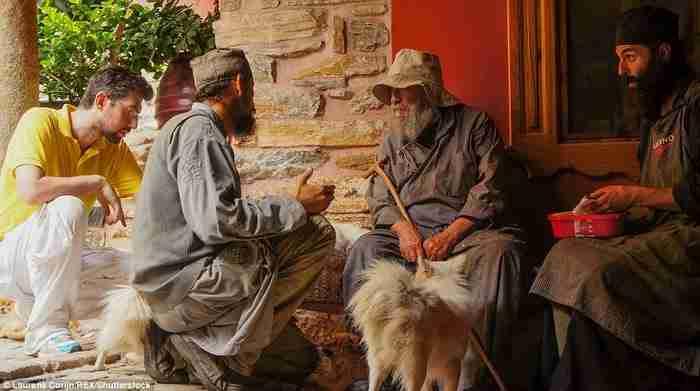Μοναδικό αφιέρωμα: Σπάνιες φωτογραφίες από τη ζωή στα «χωριά» του Αγίου Όρους