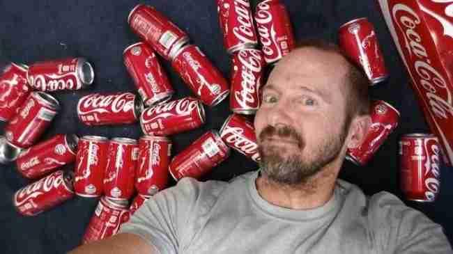 Έπινε δέκα κουτιά Coca-Cola την ημέρα. Προσέξτε την εμφάνιση του μετά από ένα μήνα ...