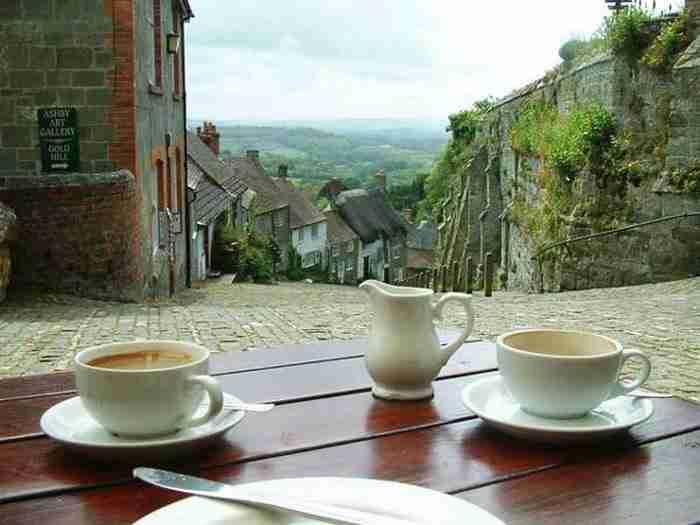 Ο πιο διάσημος πλακόστρωτος δρόμος βρίσκεται στην Αγγλία. Και είναι υπέροχος!