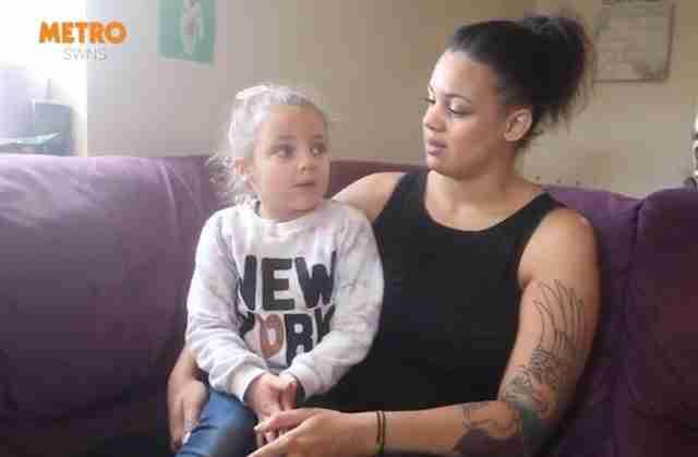 Μια μαμά είπε στην 4χρονη κόρη της να πάει στη τουαλέτα. Δεν είχε δει τις έφηβες που έβγαιναν γελώντας