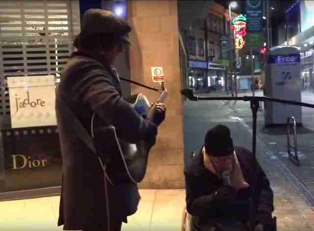Ένας άστεγος άνδρας ρώτησε έναν μουσικό του δρόμου αν θα μπορούσε να τραγουδήσει μαζί του. Απλά ακούστε..