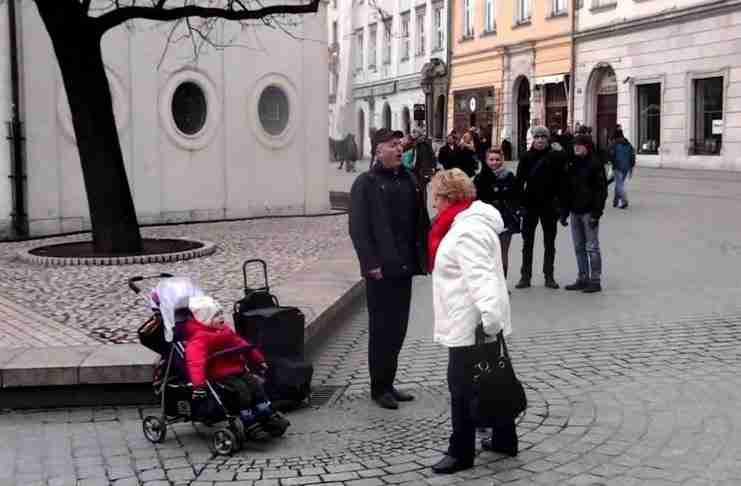 Τραγουδούσε στην άκρη ενός δρόμου. Δώστε όμως προσοχή στο παιδί δίπλα του..