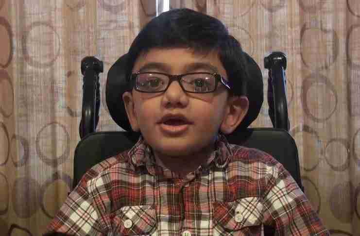 """Ένα 12χρονο παιδί με ανίατη ασθένεια τραγουδάει """"Not Afraid"""". Και το κάνει καταπληκτικά.."""