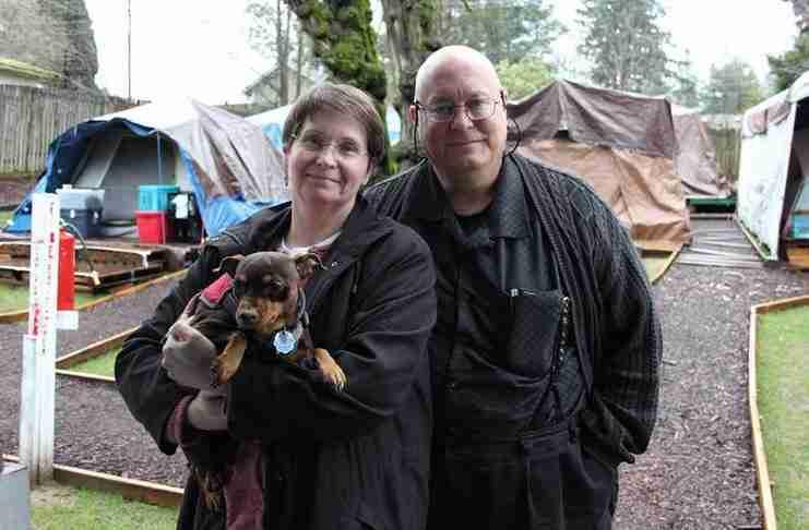 Έστησαν σκηνές στην αυλή τους και φιλοξενούν άστεγους. Τώρα έχουν προβλήματα με το Δήμο