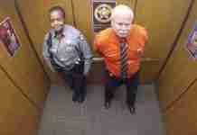 Δυο αστυνομικοί μπαίνουν στο ασανσέρ. Δείτε την αντίδρασή τους μόλις αρχίζει η μουσική!