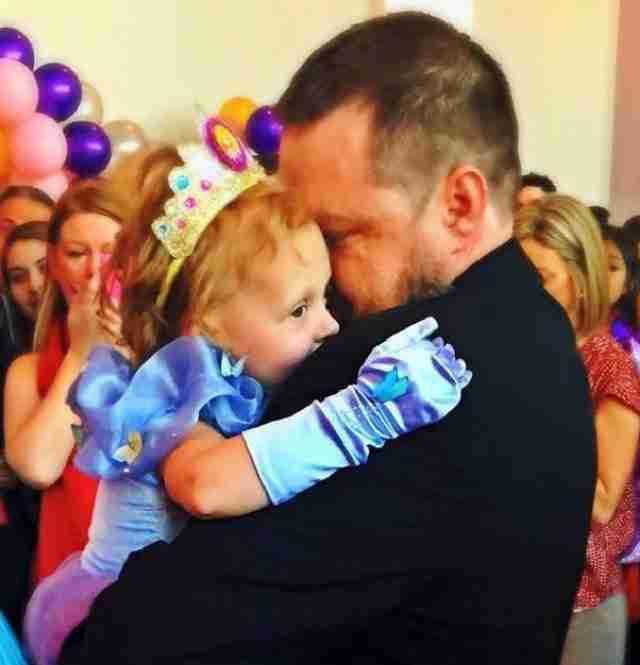 Οι γονείς αυτού του κοριτσιού διοργάνωσαν ένα πάρτι για τα τελευταία της (για πάντα) γενέθλιά