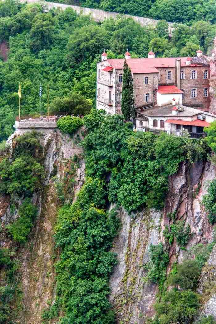 Μονή Προυσού: Ένα μοναστήρι που μοιάζει σαν να κρέμεται από τα βράχια!