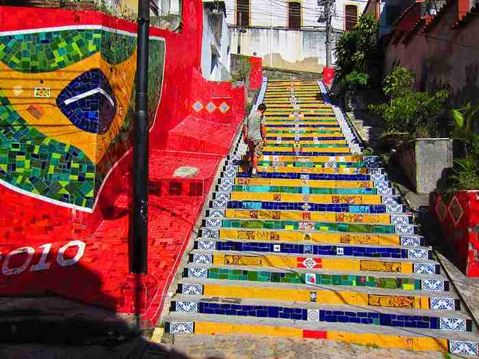 18 από τα πιο όμορφα αλλά και πιο πολύχρωμα σκαλοπάτια του κόσμου!