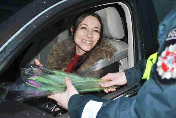 Αστυνομικοί σταματούν γυναίκες οδηγούς και χαρίζουν λουλούδια για τη γιορτή της Γυναίκας