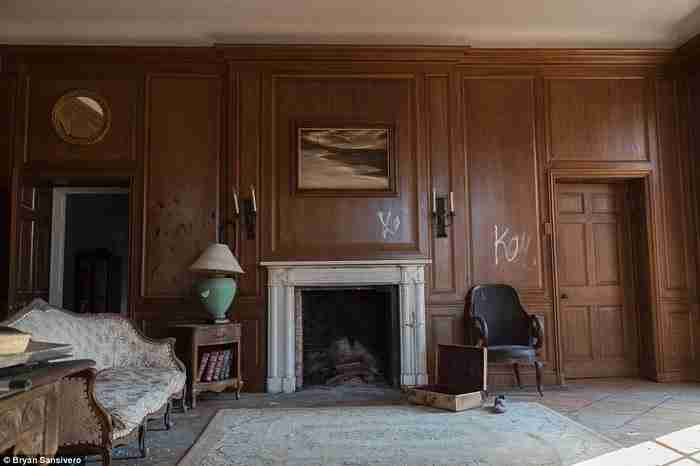 Αυτό το αρχοντικό εγκαταλείφθηκε μυστηριωδώς το 1976. Σήμερα ένας φωτογράφος αποκαλύπτει τα μυστικά του.