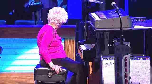 Μια 98χρονη διακόπτει την παράσταση και ανεβαίνει στη σκηνή. Η συνέχεια αξίζει την προσοχή μας..