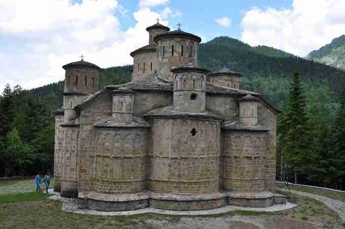 Μέσα στο ελατόδασος του Ασπροποτάμου βρίσκεται ένας ναός μοναδικός στην Ελλάδα