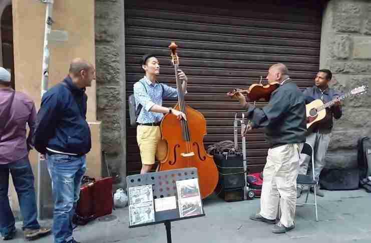 Ένας Κορεάτης τουρίστας ζήτησε από μουσικούς του δρόμου να παίξει μαζί τους. Απλά ακούστε τους!