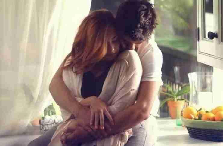 Αυτό το καταπληκτικό που συμβαίνει όταν ένας άντρας αγκαλιάζει τρυφερά μια γυναίκα