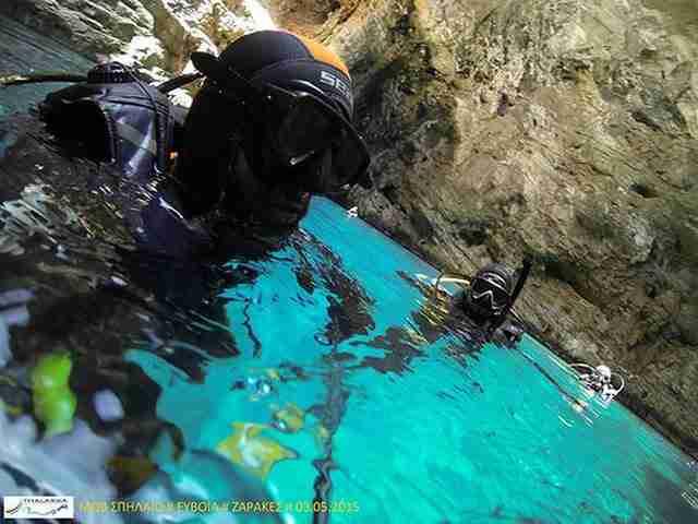 """Ένας κρυμμένος θησαυρός στην Εύβοια. Μαγευτικές εικόνες από το """"Μοβ Σπήλαιο"""" στους Ζάρακες"""