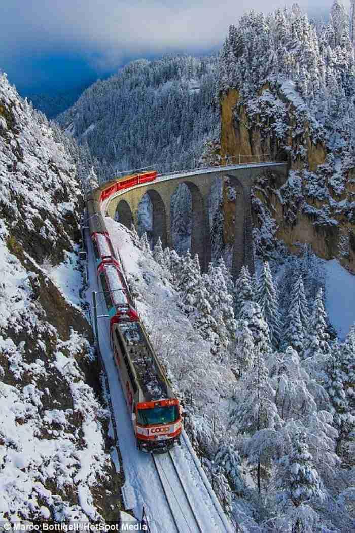 Το τρένο που περνά από 55 τούνελ και 196 γέφυρες μέσα στις χιονισμένες Άλπεις