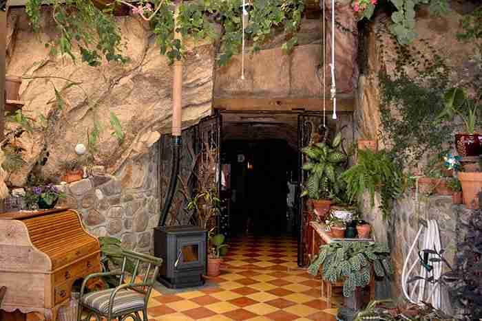 Μένει με τον σύζυγο της σε μια σπηλιά. Απλά δείτε το εσωτερικό της!