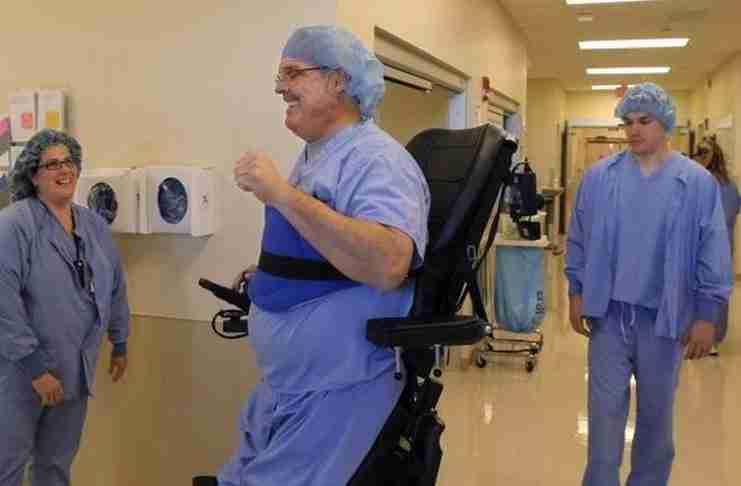 Αν και παράλυτος αυτός ο γιατρός εξακολουθεί να εργάζεται και να εγχειρίζει τους ασθενείς του..